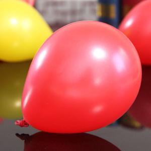 Snygga röda ballonger i latex i helium kvalitet blir ca 30 cm uppblåsta
