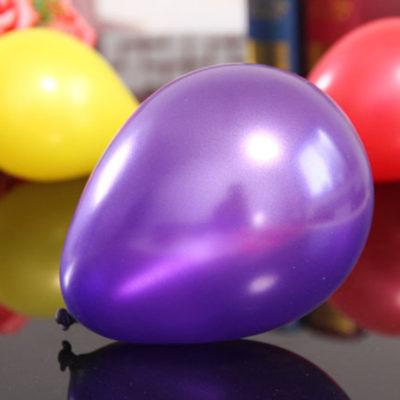 lila ballonger i metallic färg ger snygga dekorationer till fest och kalas.