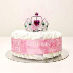 Billig blöjtårta i rosa till en liten flicka, innehåller blöjor, dekoration, present i form av prinsesskrona.