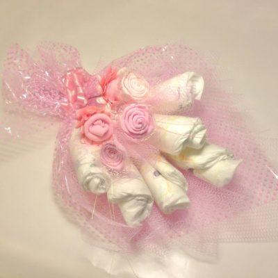 Snygg rosa blöjbukett flicka den perfekta presenten när du besöker föräldrar på sjukhus eller varför inte till babyshower festen.
