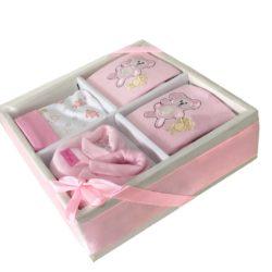 färdig presentkorg till en liten flicka, presentasken innehåller en baby mössa, haklapp, baby body och ett par söta strumpor till en nyfödd flicka.